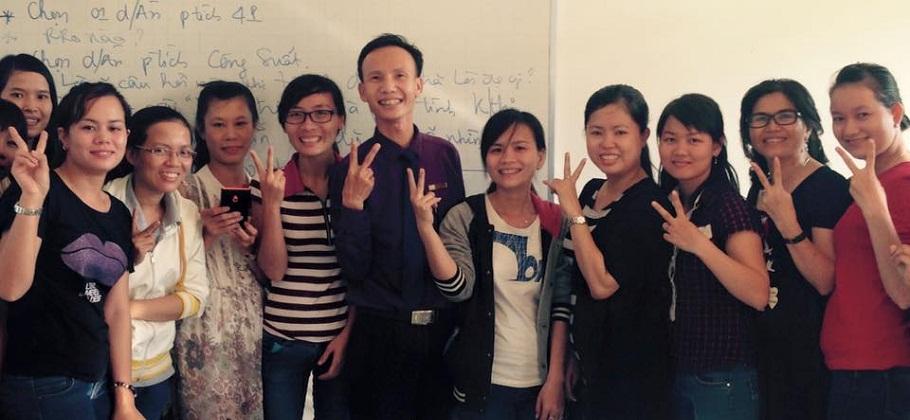 Thầy Huỳnh Anh Bình và học viên lớp Bồi dưỡng Kế toán trưởng chụp hình lưu niệm